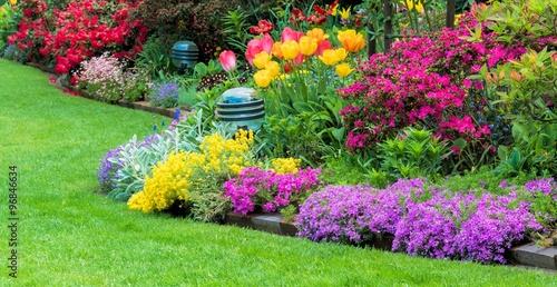 Tela Blumenbeet im Garten