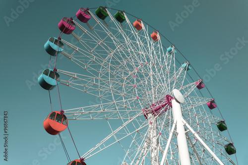 Papiers peints Attraction parc Colorful Giant ferris wheel against sky, Vintage style