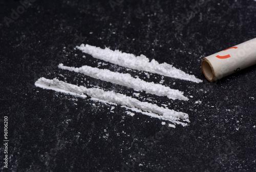 Foto Droge mit gerolltem Geldschein
