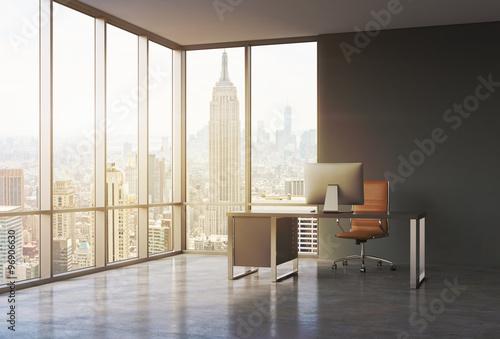 Plakat Miejsce pracy w nowoczesnym biurze z panoramicznym widokiem na zachód słońca w Nowym Jorku. Czarne biurko z nowoczesnym komputerem i brązowym skórzanym krzesłem. Koncepcja usług doradczych. Renderowanie 3D. Stonowany obraz.
