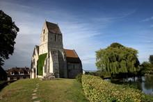 Eglise Près De L'étang.