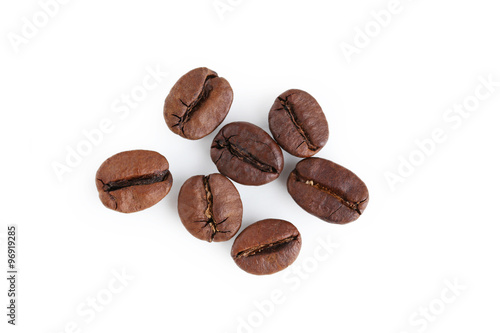 Salle de cafe Roasted coffee beans isolated on a white