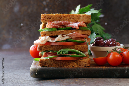 Staande foto Snack sandwich of rye bread with ham and vegetables