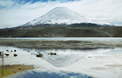 Foto auf Gartenposter Reflexion Snow capped high mountains reflected in Lake Chungara