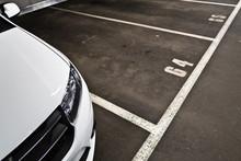 Weißes Auto In Der Garage/ Parkplätze