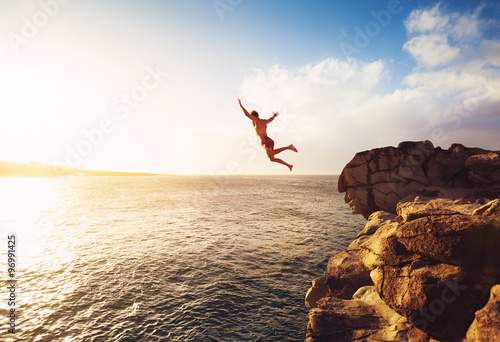 La pose en embrasure Plongée Cliff Jumping