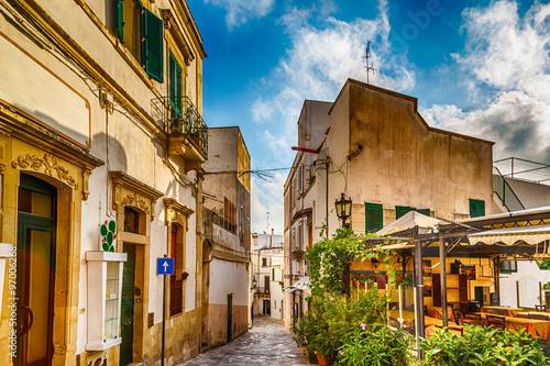 Fototapeten Schmale Gasse narrow alleys in the historic center of Otranto