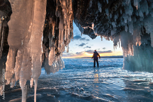 Cuadros en Lienzo Hiker at the ice cave and across sunrise.