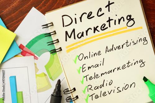 Bloc-notes avec le marketing direct sur la table en bois. Poster