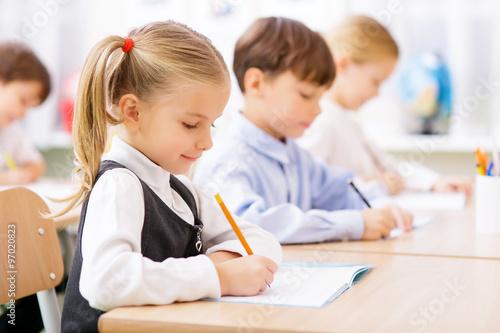 Fotografía  Los alumnos están escribiendo en sus cuadernos