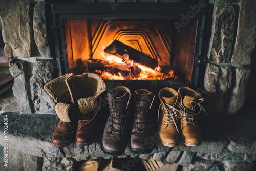 buty-zimowe-przed-kominkiem-rodzinne-buty-ludowe-rocznika-suszenie-w-poblizu-przy