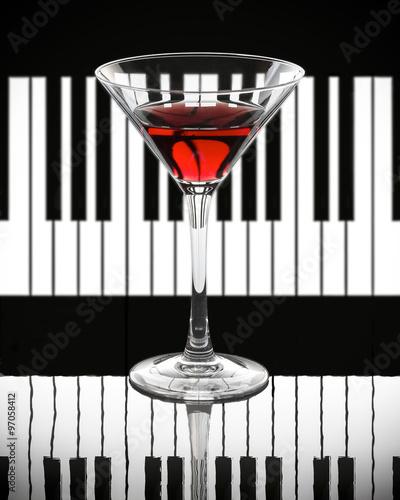 czerwone-wino-na-czarno-bialym-tle-fortepianu
