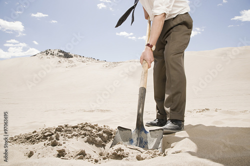 Fotografia, Obraz  Man digging in desert