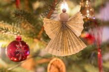 Selbst Gebastelter Weihnachtsengel Aus Holz Und Papier An Dekoriertem Tannengrün