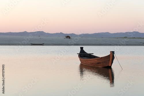Photo barque sur un fleuve au coucher de soleil