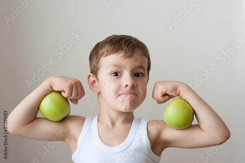 Photo boy with apples show biceps