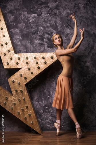 Photo  Graceful slender ballerina dancing in studio