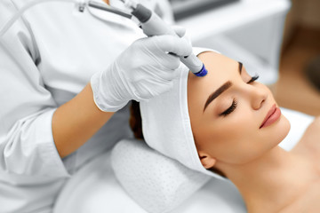 Panel Szklany Do Spa Face Skin Care. Close-up Of Woman Getting Facial Hydro Microdermabrasion Peeling Treatment At Cosmetic Beauty Spa Clinic. Hydra Vacuum Cleaner. Exfoliation, Rejuvenation And Hydratation. Cosmetology.