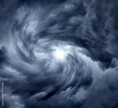 Wiruj w dramatycznych chmurach