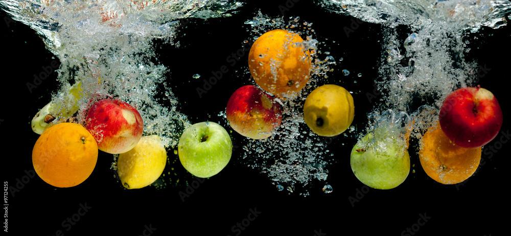Fototapeta Owoce wpadające do wody