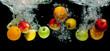 Owoce wpadające do wody