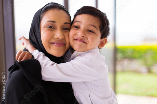 muslim boy hugging his mother Fotobehang