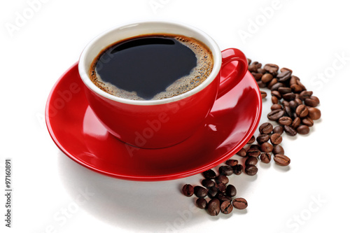 Poster Cafe A red cup of tasty drink and scattered coffee grains, isolated on white