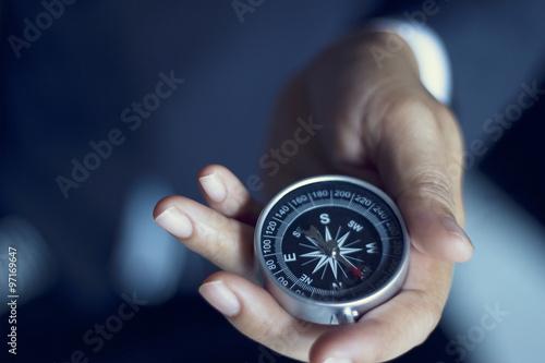 Fotografía  Hombre de negocios con una participación del compás en la mano, el tono de color