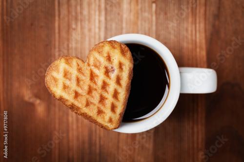 Fotografía  Galletas de la galleta en forma de corazón con la taza de café sobre fondo de ma