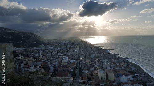 Foto op Canvas UFO Vista dal monte sulla città e sul mare