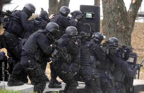 Fotografía  Special police team in action