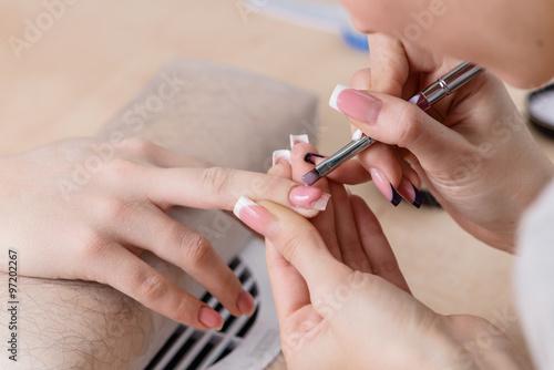 Photographie  Gros plan de manucure au travail, les ongles de peinture dans onglerie, homme