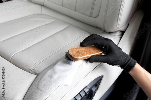 Zdjęcie XXL Obsługa samochodów. Mycie wnętrza za pomocą pędzla
