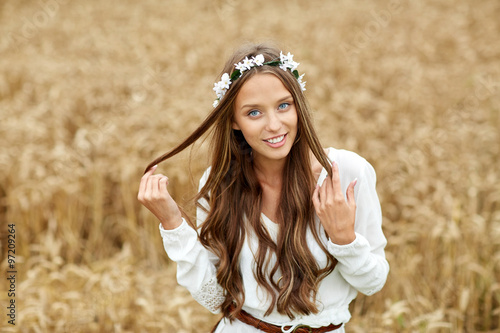 Photo  smiling young hippie woman on cereal field