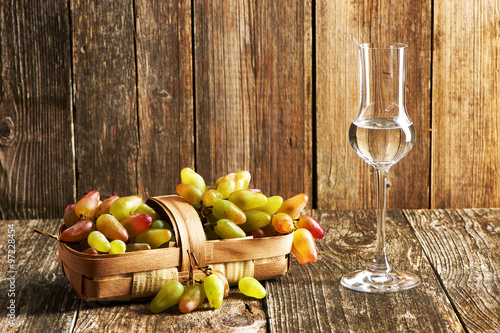 Photo Fresh grapes and grappa