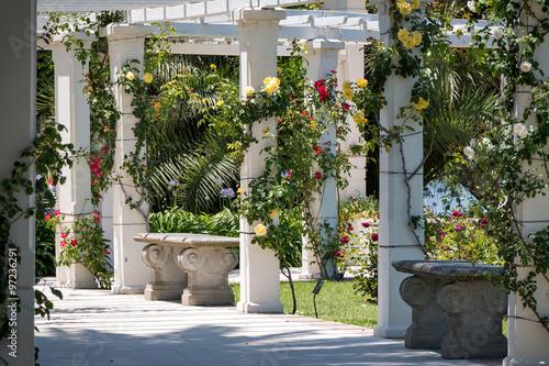 piekny-ogrod-z-rozami-i-innymi-kwiatami-w-buenos-aires-argentyna