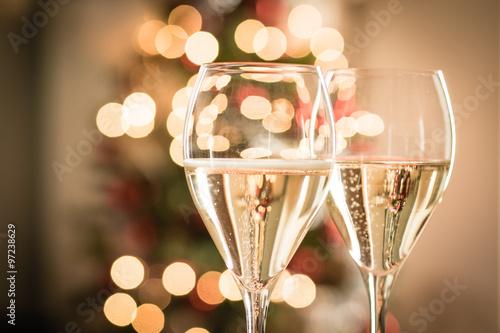 Cuadros en Lienzo Vasos de vino blanco espumoso para Navidad y año nuevo fiestas