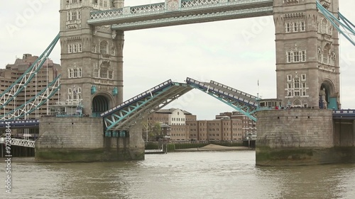 Photo  Tower Bridge closing lift bridge