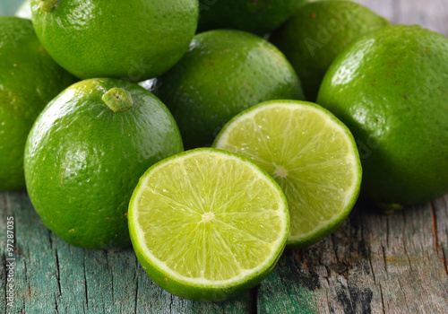 Fotografering lime on wooden table