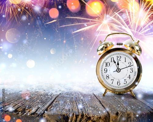 Fotografía  Midnight Celebration - Clock On Snowy Table With Fireworks
