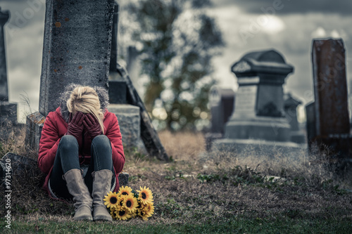 Fotografía  Lonely Sad Young Woman in Mourning in front of a Gravestone