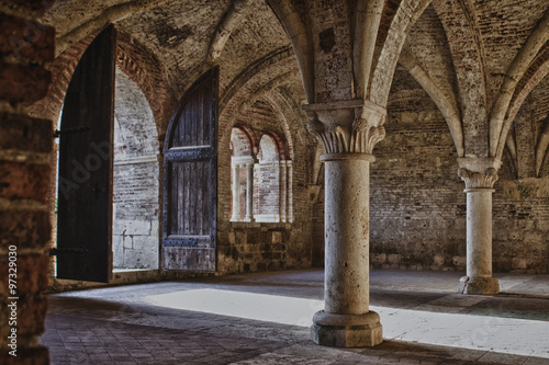 In de dag Oude gebouw colonne con portone
