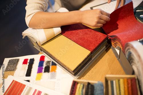 Fotografie, Obraz  Ženy chtějí vzít vzorek tkaniny do ruky
