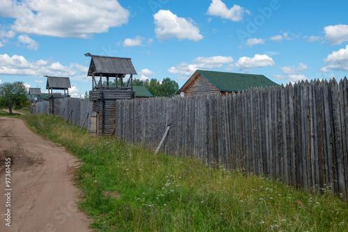 Fotografía  Fences palisade around the village with watchtowers