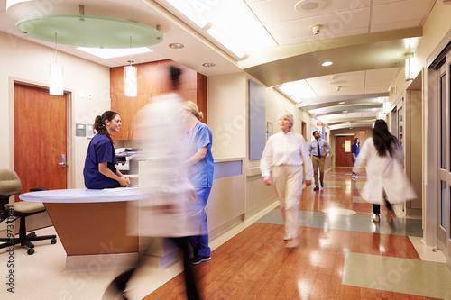 Fotografia  Busy Nurse's Station In Modern Hospital