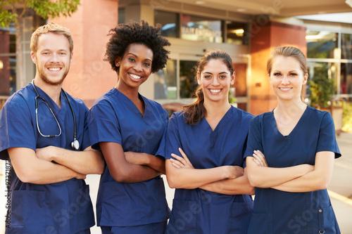 Fotografia  Portrait Of Medical Team Standing Outside Hospital