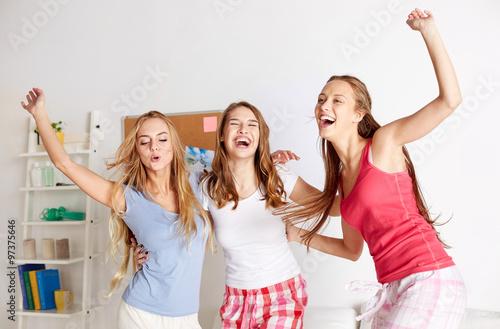 girls-ahving-teen-one-jerk-fucking