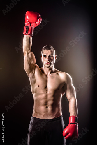 Photo  boxer raising both arms after victory