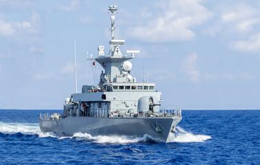 Kriegsschiff in Fahrt, horizontal