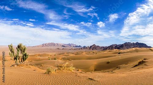 Photo Iran : le Dasht-e Kavir nommé aussi Kavir-e Namak ou Grand désert salé est un dé